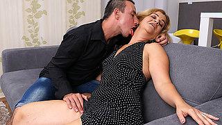 Horny Housewife Sucking A Hard Cock - MatureNL