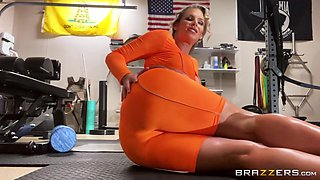 Phoenix Works Herself Out Free Video With Phoenix Marie - Brazzers