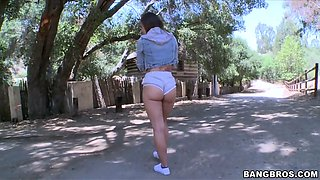 jamie jackson demonstrates her perfect round ass outdoor