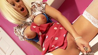 Kinky babe Karlie Simon quickly falls in love with the guy's schlong