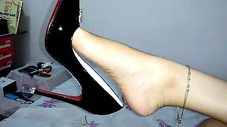 Amateur wife in high heels puts her amazing feet on display
