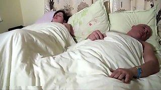 Une grosse femme mature déjà chaude se masturbe toute seule avec un gros vibromasseur, avant de réveiller son mari qui va prendre part au jeu.