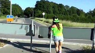 Freche Goere besorgt es sich mitten im Kreisverkehr!