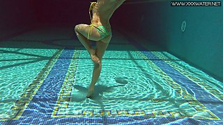 Ginger swimming babe Nicole Pearl shows underwater striptease