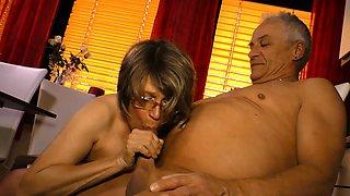 HausFrauFicken - Mature German housewife gets cum on tits