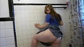 Chubby girl pees in the bath