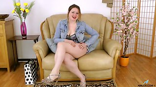 Chubby and giant bottomed lady Amber West is happy to pet her wet cunt