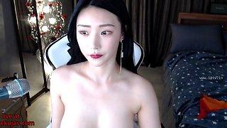 Hot Korean camgirl oils her body