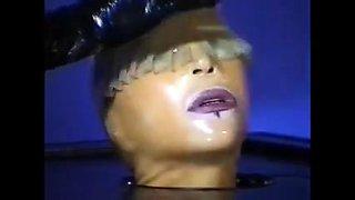 Sklavin unter dem Gummi-Arch