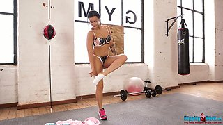 British fitness chick Kelli Smith gets naked at the gym