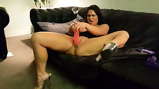 Stacked brunette in high heels fucks herself to pleasure