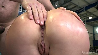 Long haired sporty blonde MILF Marilyn Crystal gets her pussy creamed