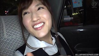 Japanese hottie Ishimi Chiharu sucks a hard cock in the car