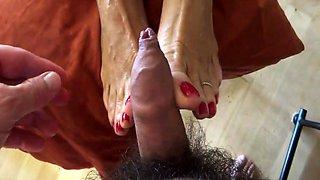 Amateur wife gets her wonderful feet sprayed with hot jizz