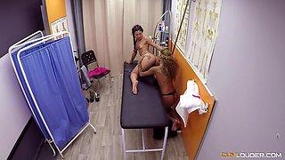 Jade and Venus Afrodita seduce a hunk for a threesome game