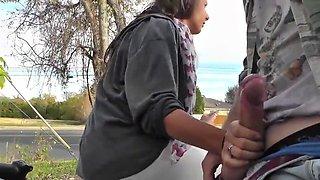 Une brunette se prend du sperm sur son visage en public