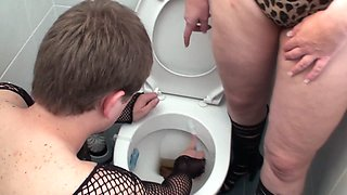 she order her sissy clean the dirty toilet